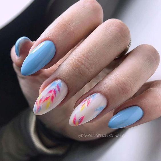 маникюр в синьо на цветя