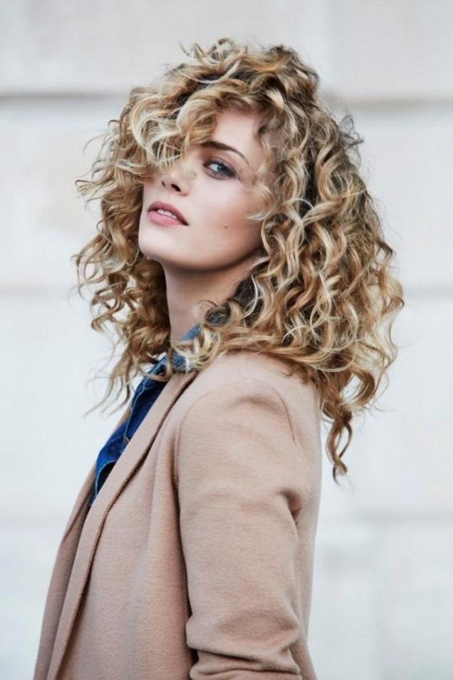 дълга коса с къдрици