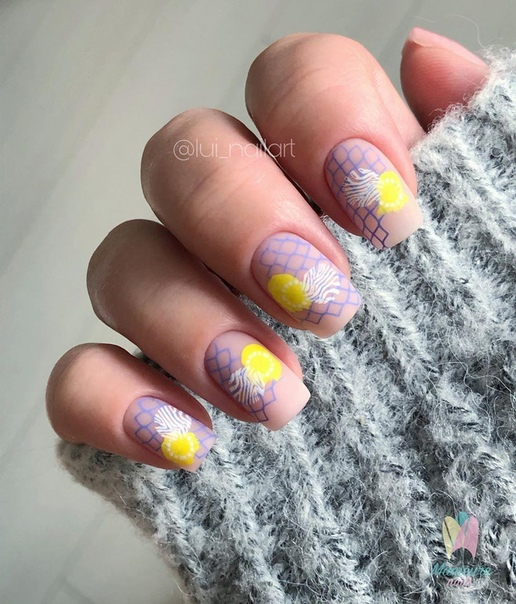 необичаен жълт маникюр