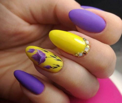 жълт маникюр с лилаво