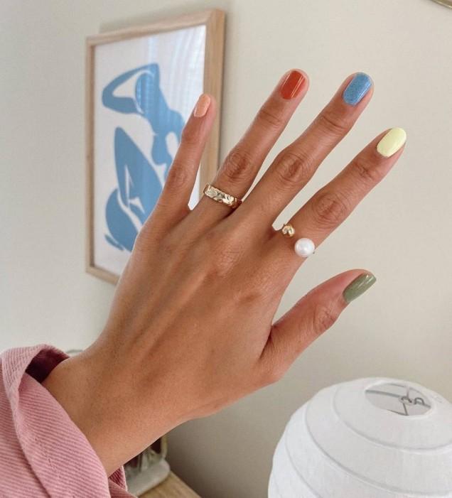 модерен многоцветен маникюр за дълги нокти