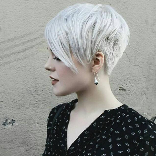 модерна къса коса с дълъг бретон