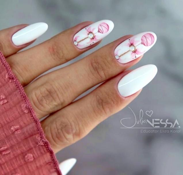 бял летен маникюр на цветя