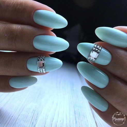 бледо синьо с камъчета