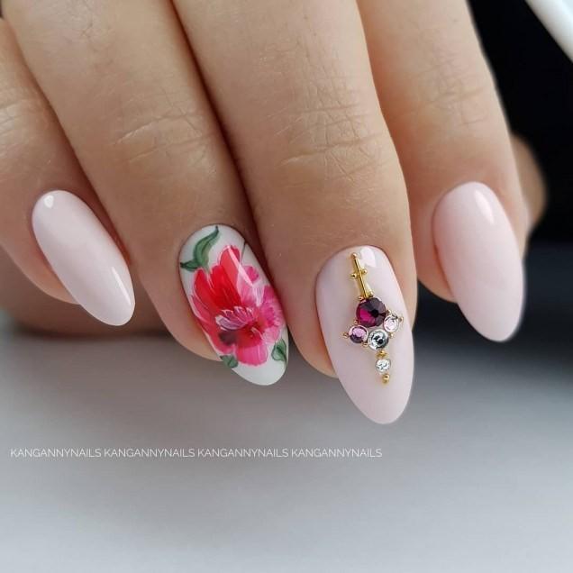 бледо розов маникюр с камъчета