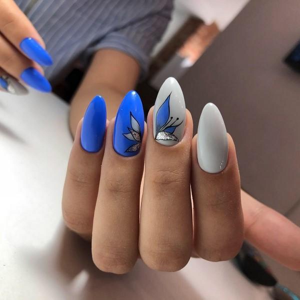 синьо и бяло маникюр