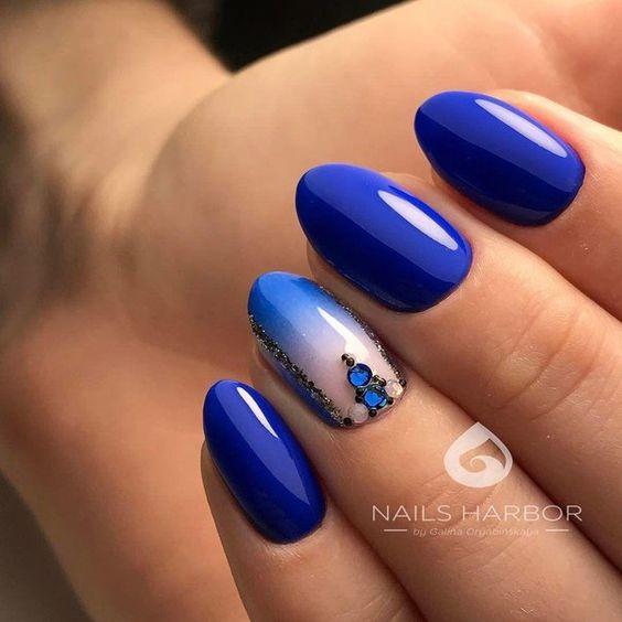 лазурно синьо маникюр