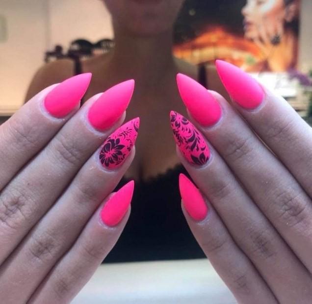 неон розов остри нокти.jpg