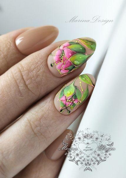 маникюр с красиви цветя