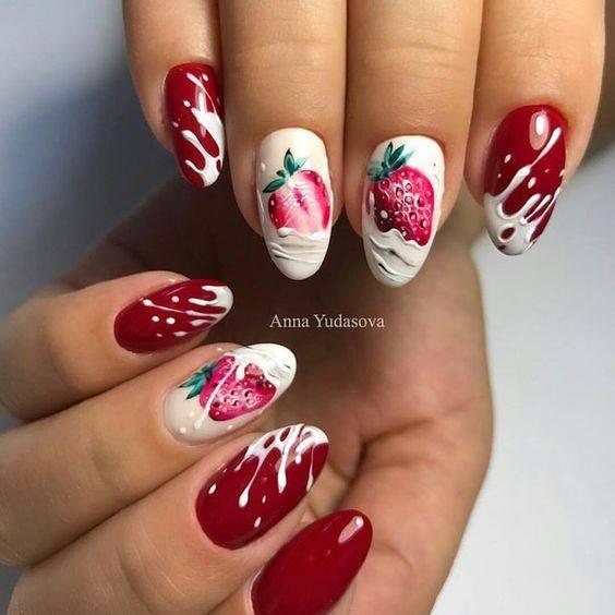 червен маникюр с ягоди.jpg