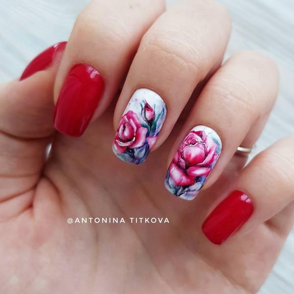 червен маникюр с цветя