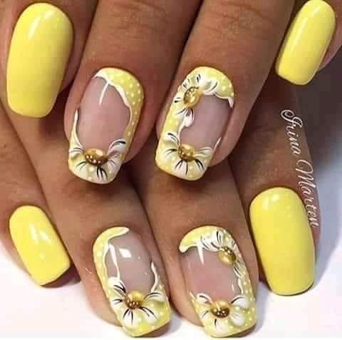 жълт маникюр с цветя.jpg