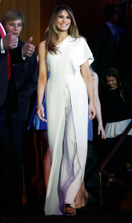 Мелания дълга бяла рокля