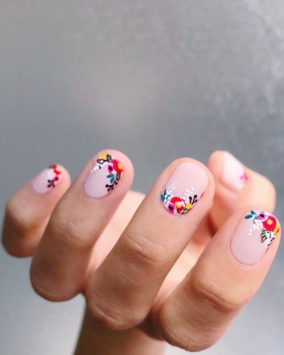 летен маникюр за къси нокти с цветя