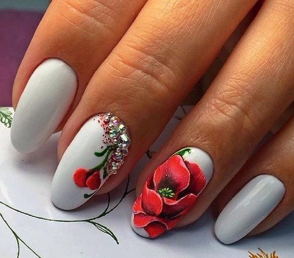 бяло с рози маникюр