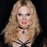 Алексис Стоун като Мадона