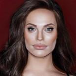 Алексис Стоун като Анджелина Джоли