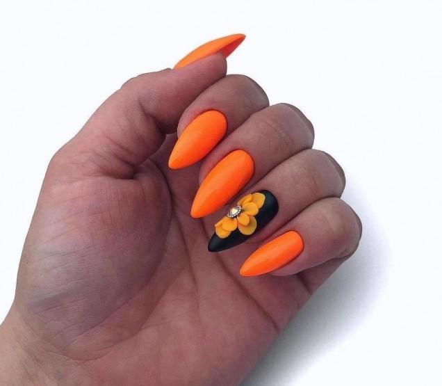 оранжев маникюр с цветя