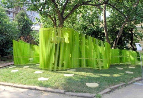 ярка цветна ограда