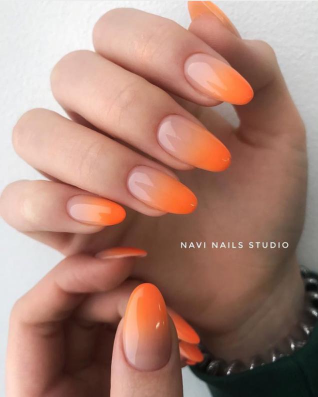 гол маникюр в оранжево