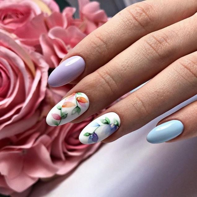 пастелен маникюр с цветя