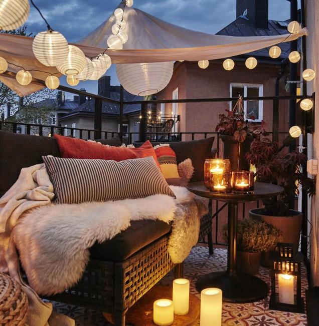 романтично осветление на балкона