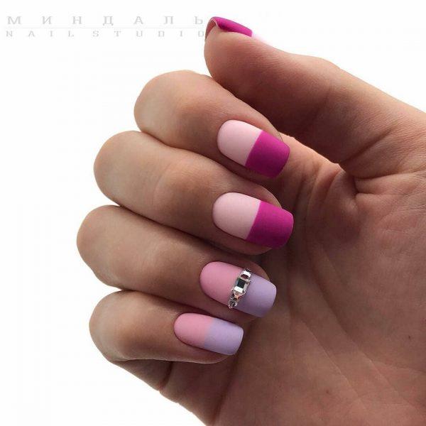 ефектен лилав маникюр къси нокти