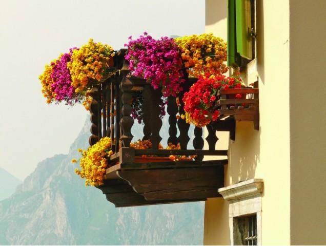 романтичен балкон с цветя