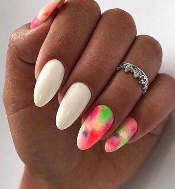 бял маникюр с неонови цветове