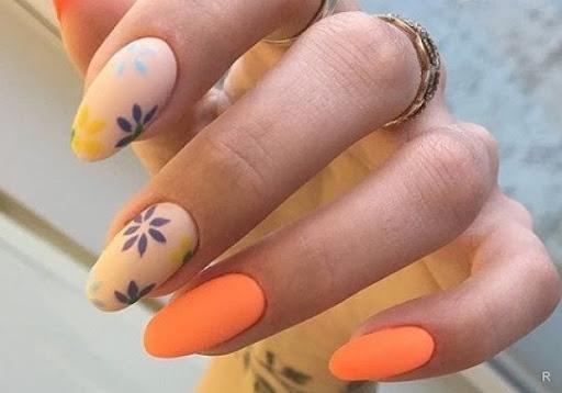 оранжев маникюр на цветя