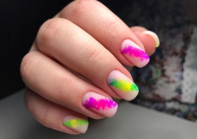 неонов маникюр къси нокти