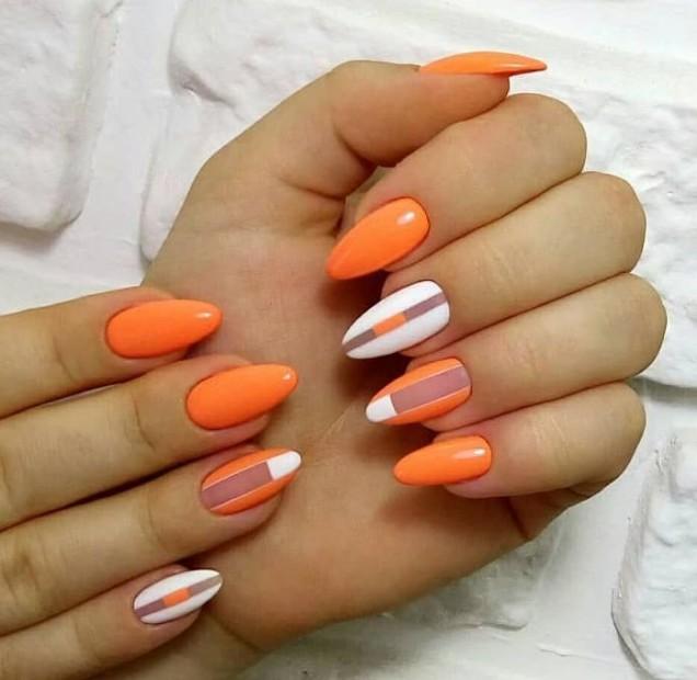 оранжев маникюр с бяло