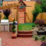 малък двор с кът за игра