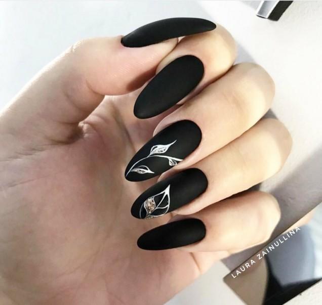 Черен маникюр с камъни