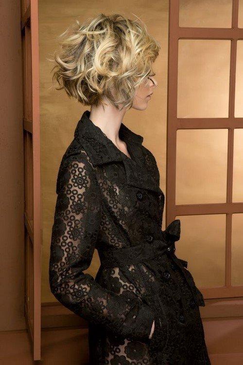 Прическа за къдрава коса до раменете