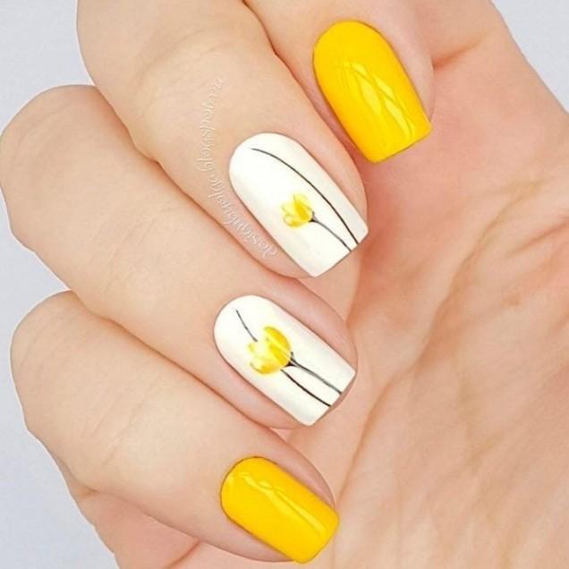жълти нокти с цветя.jpg