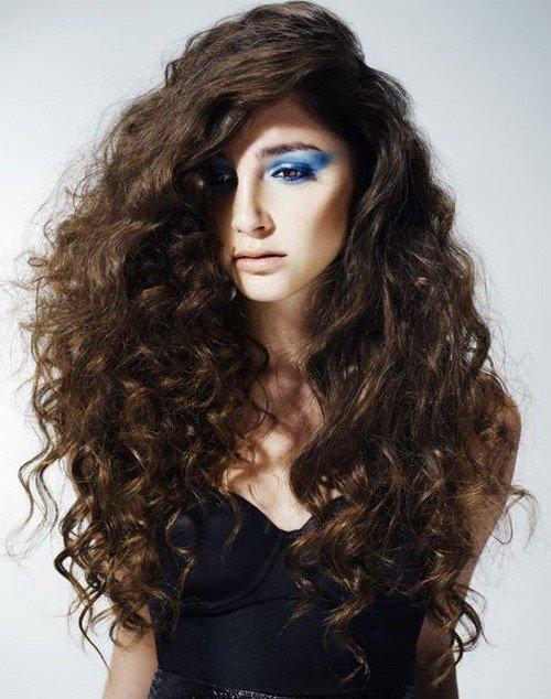 Прически за къдрава коса 2020