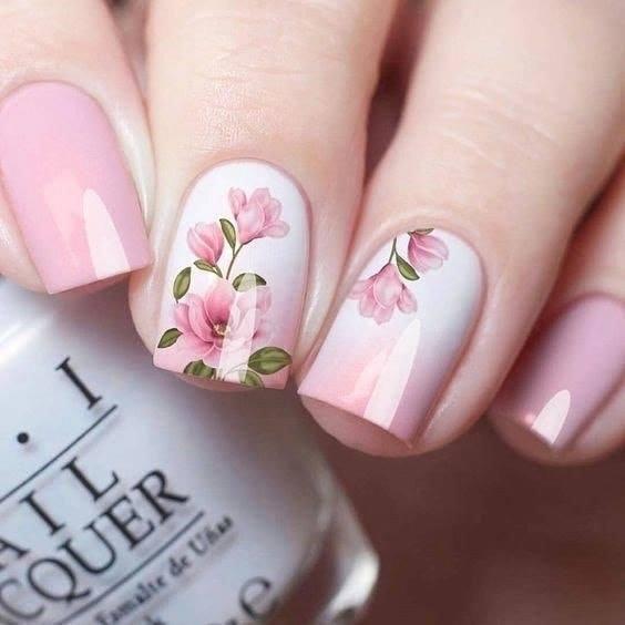 розов маникюр с цвете