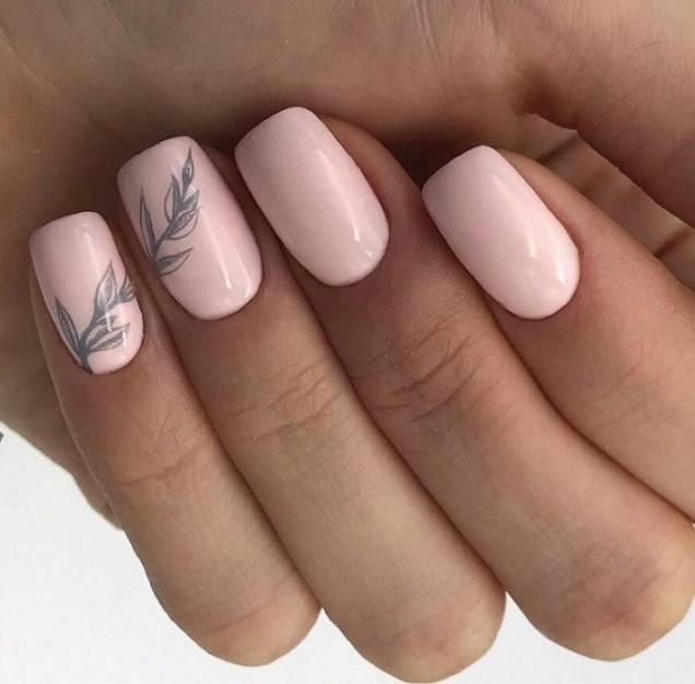 бледо розово маникюр