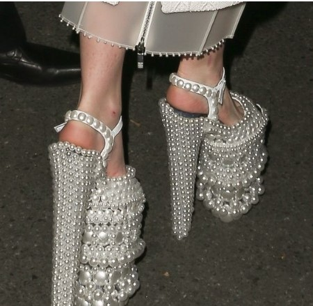 кичозни обувки с перли