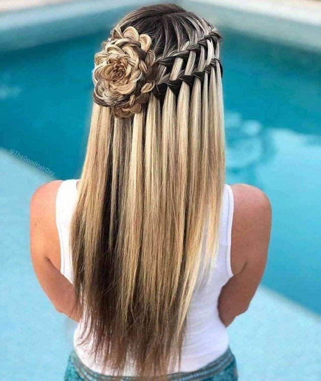 плитка с роза в косата.jpg
