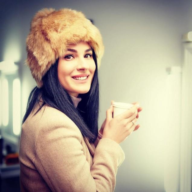 зимна прическа с шапка