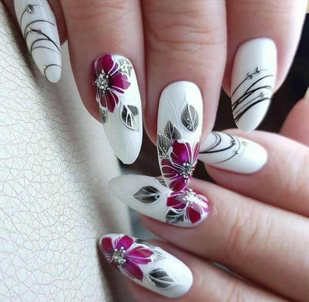 бял маникюр с цветя.jpg