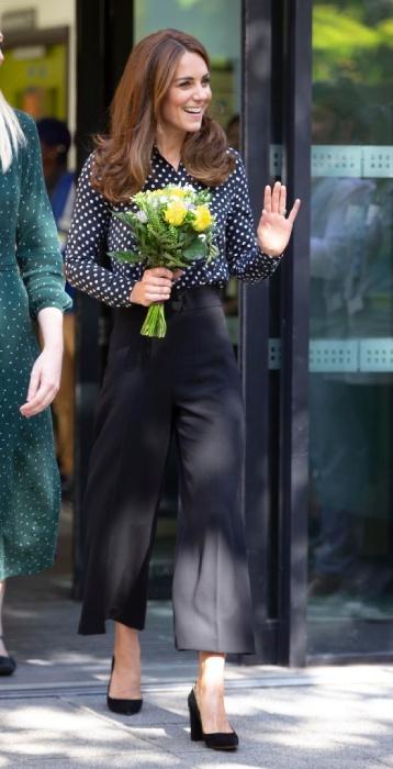 Кейт Мидълтън елегантна в панталон