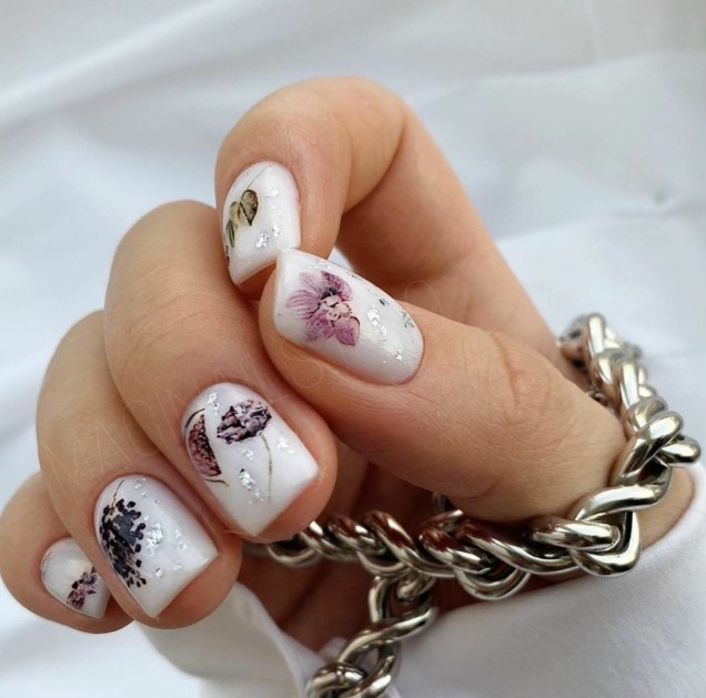 деликатен есенен маникюр къси нокти