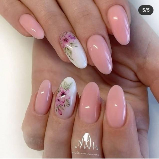 бледо розов маникюр.jpg
