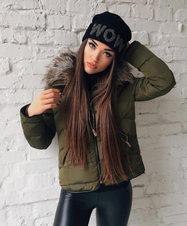 дълга коса под шапка