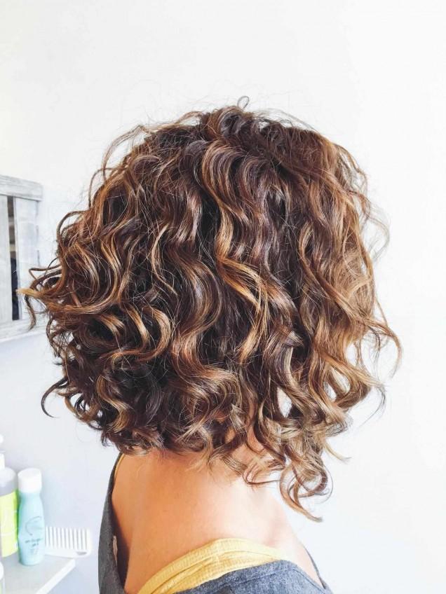 прически за къдрава коса