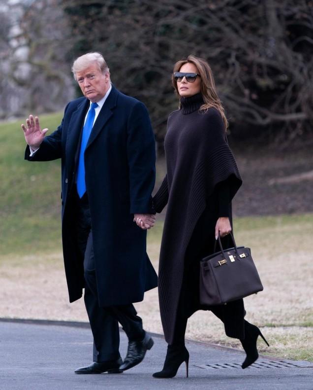 Мелания Тръмп синьо палто