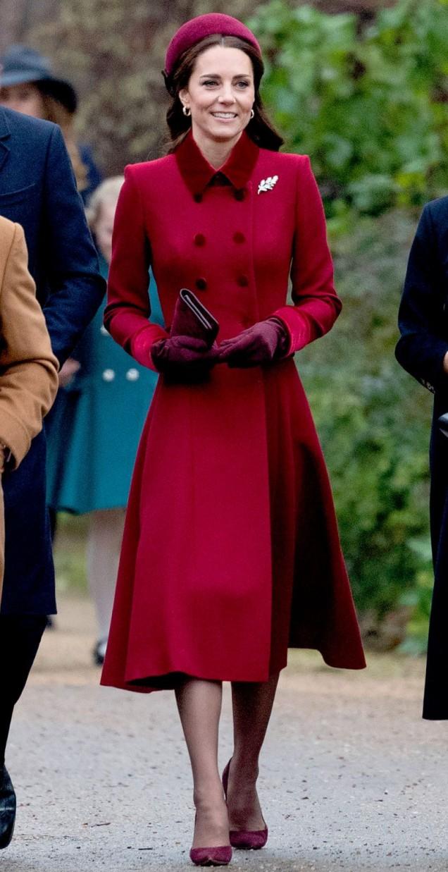 Кейт Мидълтън вишнево палто